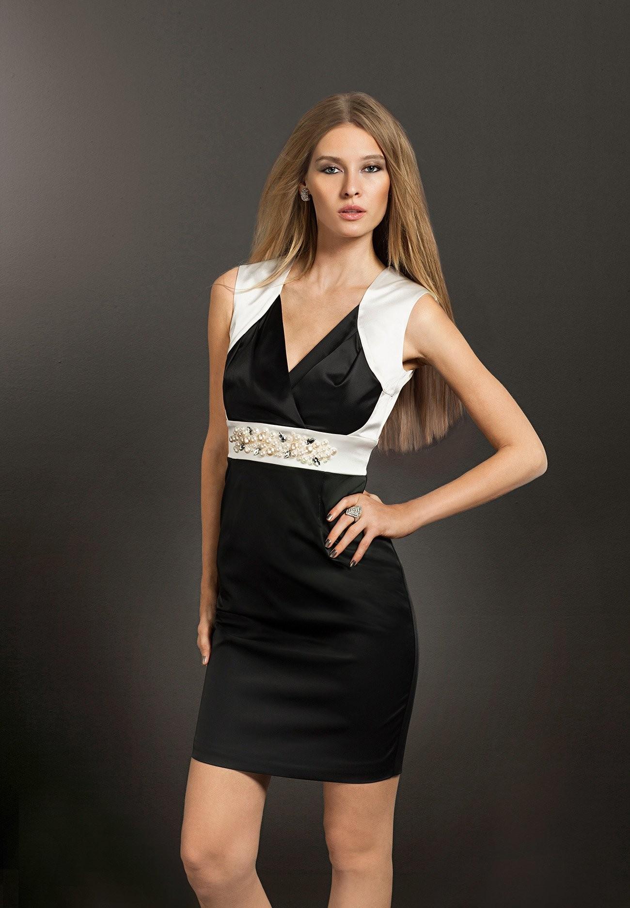 Saténové šaty APART s odhalenými zády