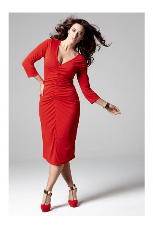 Anna Scholz, červené nabírané šaty pro plnoštíhlé SHEEGO (vel.48 skladem)